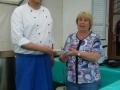Unser Küster und Koch Jörn Ackerstaff mit Elke Hammer bei der Suppenausgabe