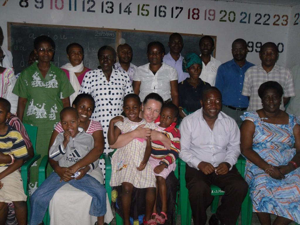 Heidi Soose mit einigen Gemeindegliedern beim Erinnerungsfoto im Gebäude der Sonntagsschule