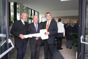 Architekt U. Hoefer übergibt den Schlüssel an Kirchmeister H. Heinbach und Pfr. Dr. M. Klein