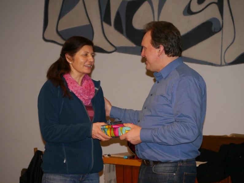 Pfarrer Boes verabschiedet Angelique Breitenbach aus dem Krabbelgottesdienstteam