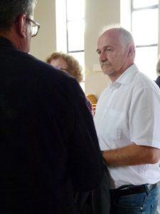 W. Seifert im Gespräch mit Gottesdienstbesuchern