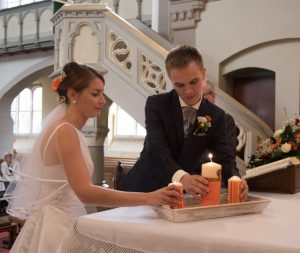 Ganz konzentriert: Beim Anzünden der Kerzen