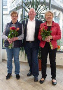 Hartmut Heinbach dankt Marga Kölsch und Ulrike Rose