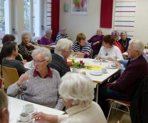 Die Café-Gäste führen angeregte Gespräche