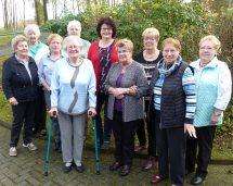Die Jubilarinnen lassen sich mit Pfarrerin Schwichow fotografieren.