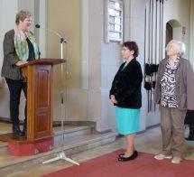 Andrea Stötzel gratuliert Sigrid Strohmann und Margarete Schönling.