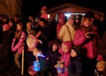Leuchtende Kinderaugen betrachten das Martinsfeuer und das Pferd.