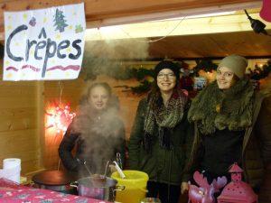 Drei hoch engagierte Verkäuferinnen im Crêpes - Stand