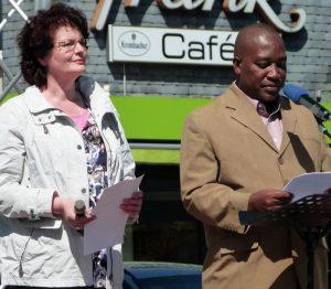 Pfrn. Almuth Schwichow mit Pfr. Frederik Lawiza aus Bagamoyo beim vorletzten Open-Air- Gottesdienst